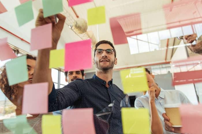 Confira este guia sobre a estratégia de marketing para sair da mesmice, com dicas para aplicar na sua empresa e sair na frente da concorrência.